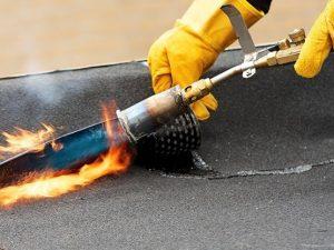 Dakdekker voor bitumen dakreparatie