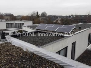 Oud PVC dak met zonnepanelen