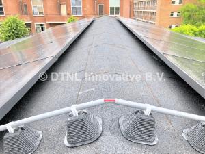 hellend bitumen dak met zonnepanelen